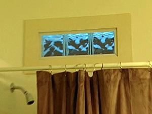 Окно в ванной комнате из декоративных стеклоблоков