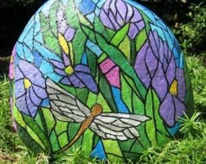 Украшение сада расписными камнями