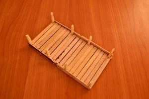 Игрушечный мостик своими руками - приклеиваем столбики к основанию