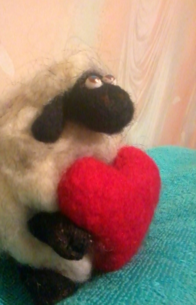 Валяние из шерсти игрушки в объеме - приклеиваем сердечко