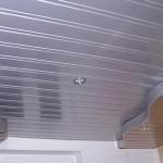 Оригинальной оформление комнаты с установкой реечного навесного потолка